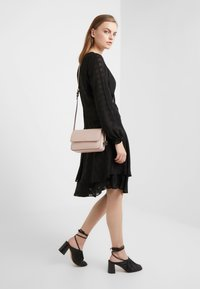 DKNY - BRYANT FLAP CBODY SUTTON - Across body bag - cashmere - 1