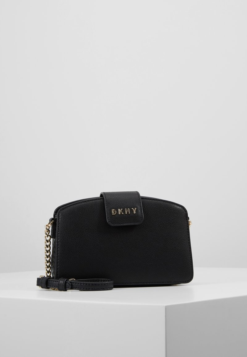DKNY - CLARA CHAIN CROSSBODY PEBBLE  - Sac bandoulière - black/gold