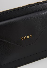 DKNY - ALEXA TOP ZIP CROSSBODY SUTTON - Schoudertas - black/gold - 6