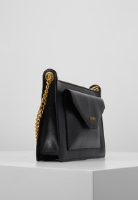 DKNY - ALEXA TOP ZIP CROSSBODY SUTTON - Schoudertas - black/gold - 3