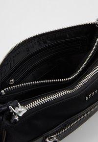 DKNY - CASEY DOUBLE ZIP CROSSBODY - Sac bandoulière - black/silver - 4
