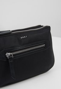 DKNY - CASEY DOUBLE ZIP CROSSBODY - Sac bandoulière - black/silver - 6