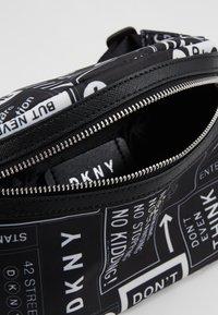 DKNY - CASEY - Ledvinka - black/white - 4