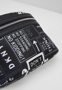 DKNY - CASEY - Ledvinka - black/white - 6