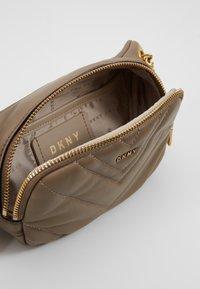 DKNY - VIVIAN BELT BAG - Bum bag - dune - 4