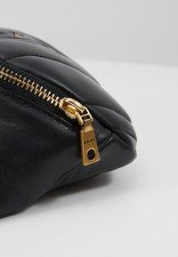 DKNY - VIVIAN BELT BAG - Heuptas - black/gold-coloured - 6