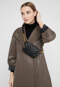 DKNY - VIVIAN BELT BAG - Heuptas - black/gold-coloured - 1