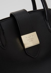 DKNY - LYLA CENTER ZIP SATCHEL SUTTON - Handtas - black/gold - 6