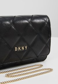 DKNY - SOFIA ON STRING CRINKLE - Umhängetasche - black/gold