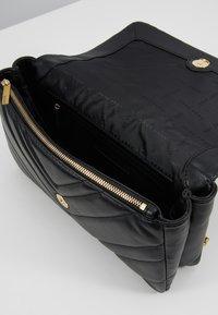 DKNY - VIVIAN DOUBLE SHOULDER FLAP  - Handtas - black/gold - 4