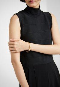 DKNY - ENAMEL SKYLINE HINGE BANGLE  - Bracelet - crystal / gold-coloured - 1