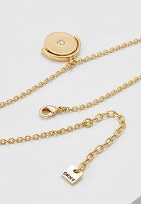 DKNY - SPINNER TOKEN LOGO PENDANT  - Necklace - gold-coloured - 5