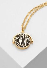 DKNY - SPINNER TOKEN LOGO PENDANT  - Necklace - gold-coloured - 0