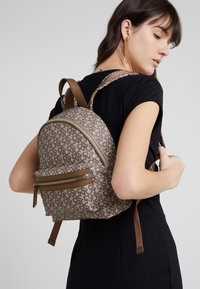DKNY - CASEY MEDIUM BACKPACK - Reppu - nude - 1