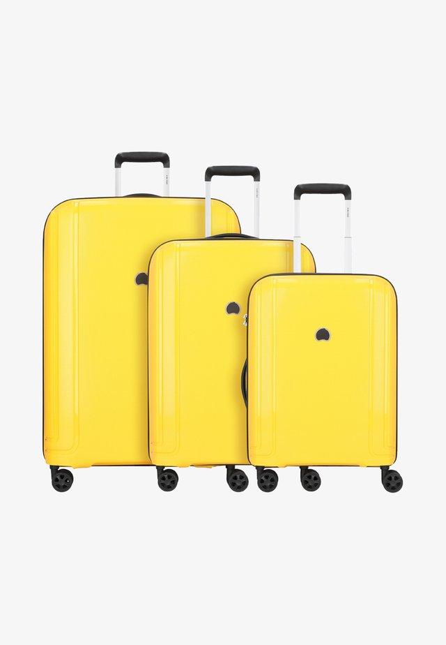 BRISBAN - Kofferset - yellow