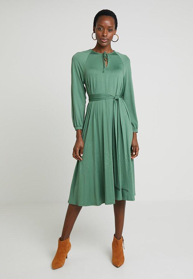 PAULINE - Sukienka z dżerseju - croco