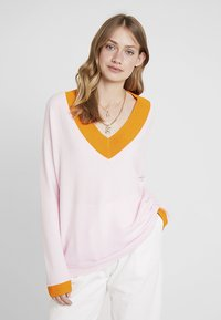 Delicatelove - V NECK JUMPER - Sweter - blush/apricot - 0