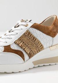 DL Sport - Sneakers basse - bianco/bark/trecia sabia - 2