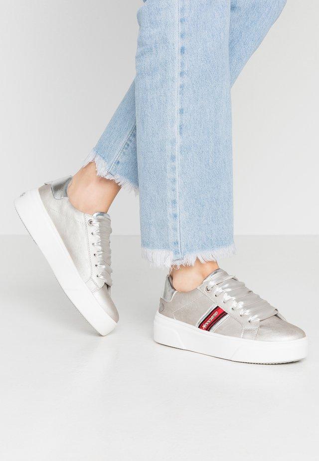 Sneakers laag - hellgrau