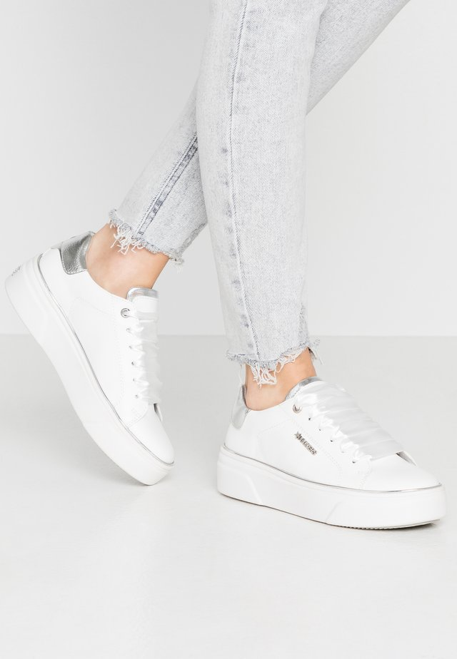 Trainers - weiß/silber