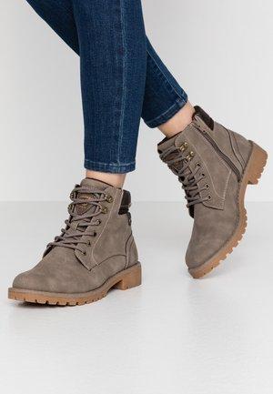 Šněrovací kotníkové boty - taupe/braun