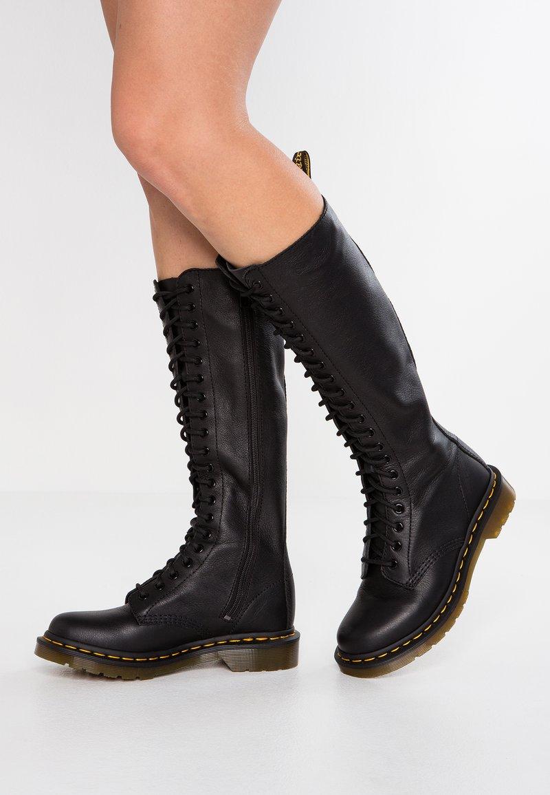 Dr. Martens - 1B60 20 EYE BOOT - Snørestøvler - black