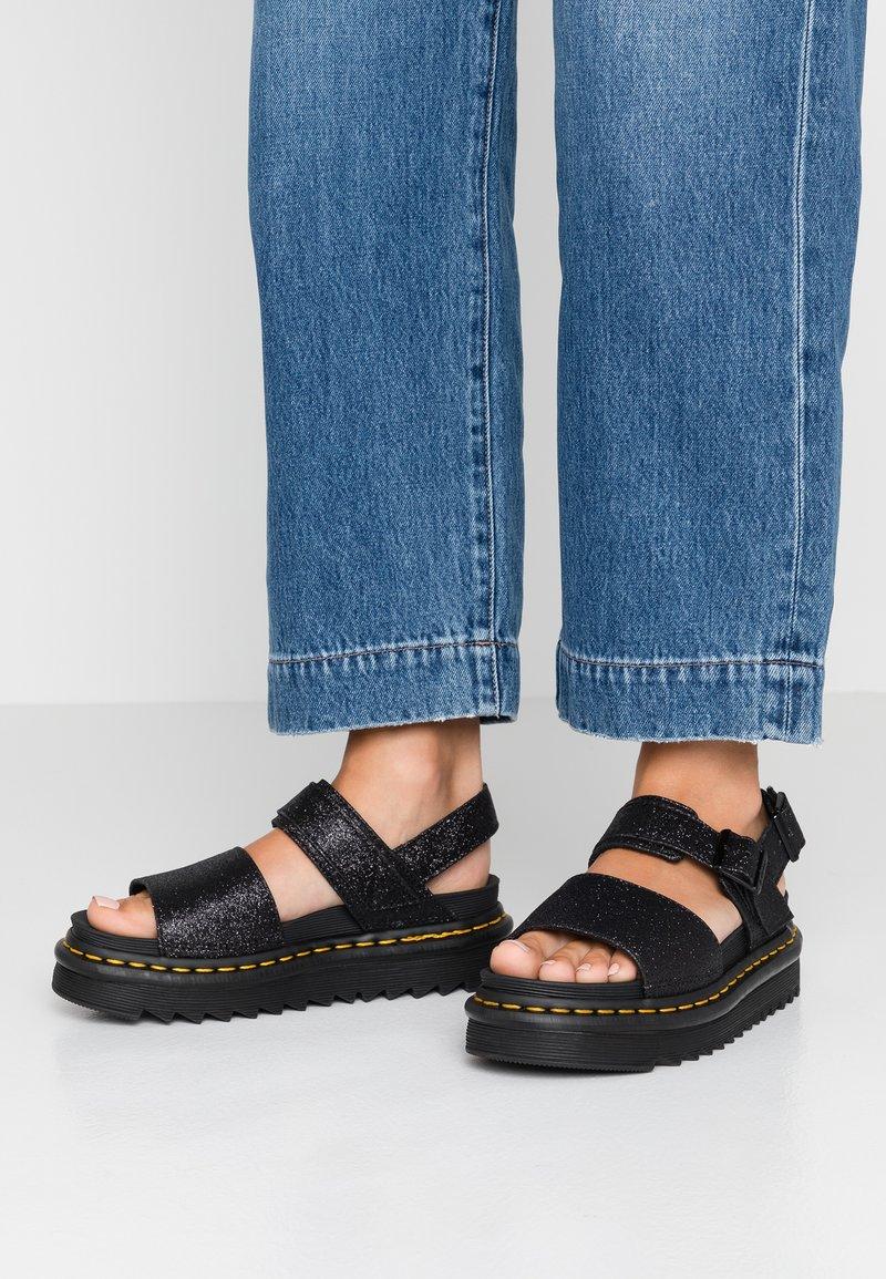 Dr. Martens - VOSS - Korkeakorkoiset sandaalit - black fine
