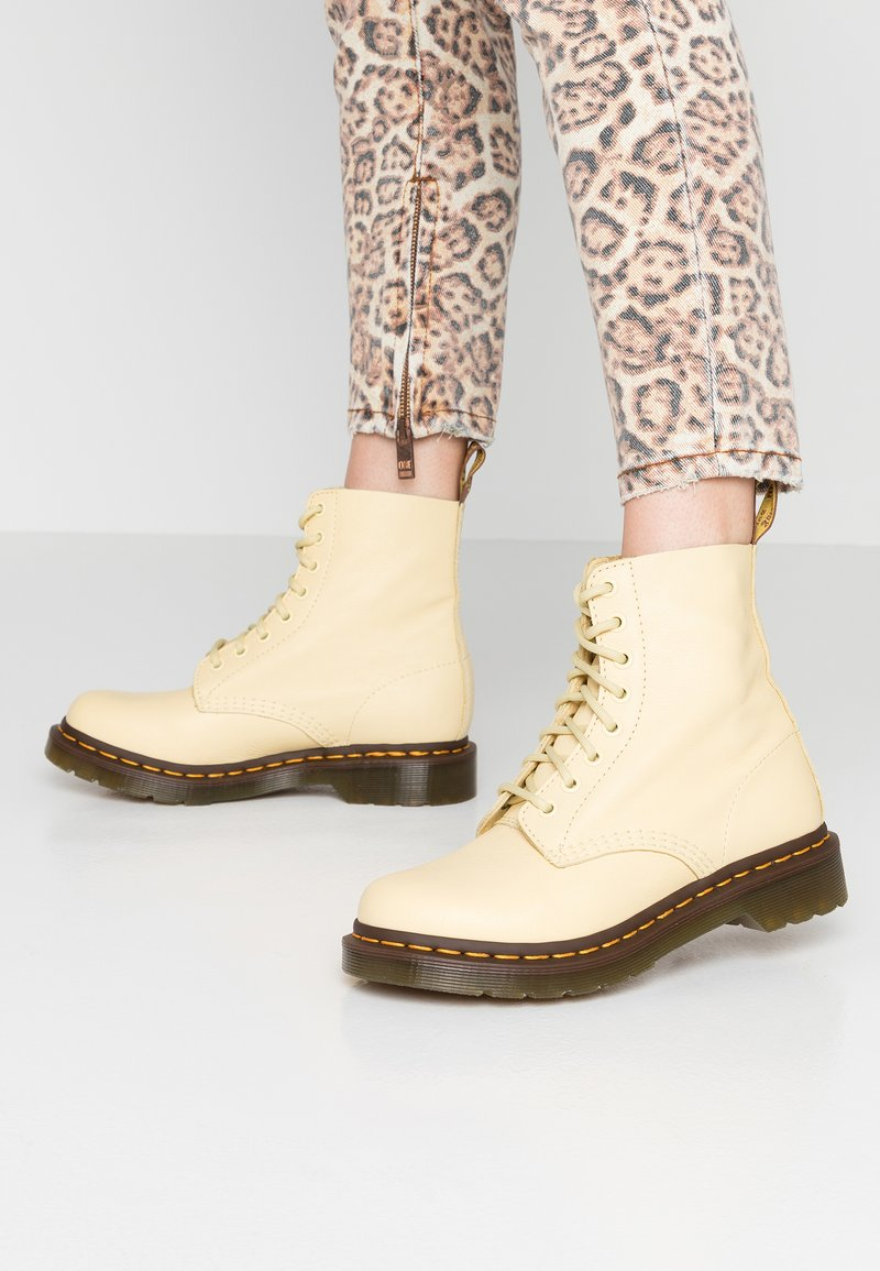 Dr. Martens - 1460 PASCAL 8 EYE BOOT  - Bottines à lacets - pastel yellow virginia