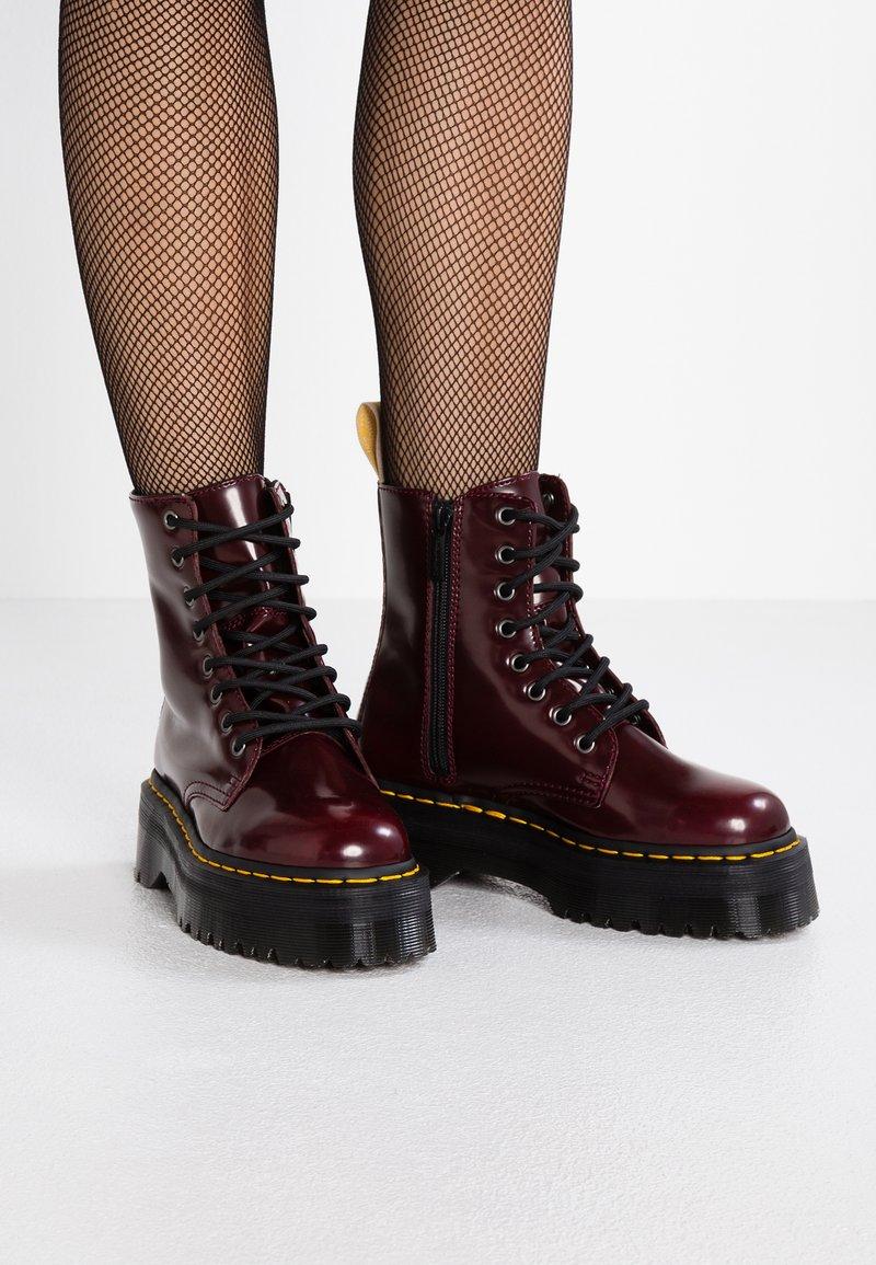 Dr. Martens - VEGAN JADON II - Šněrovací kotníkové boty - cherry red