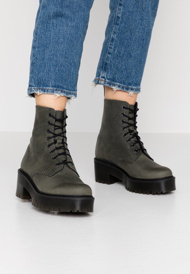 Dr. Martens - SHRIVER HI 8 EYE BOOT - Platform ankle boots - slate maldova