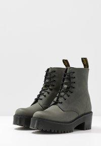 Dr. Martens - SHRIVER HI 8 EYE BOOT - Platform ankle boots - slate maldova - 4