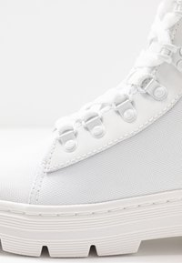 Dr. Martens - COMBS - Plateaustiefelette - white - 2