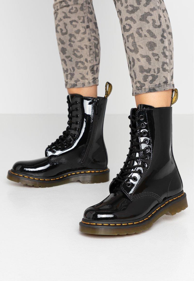 Dr. Martens - Šněrovací kotníkové boty - black