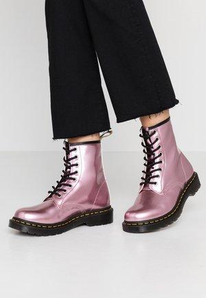 1460 VEGAN 8 EYE BOOT - Šněrovací kotníkové boty - pink/goldmix