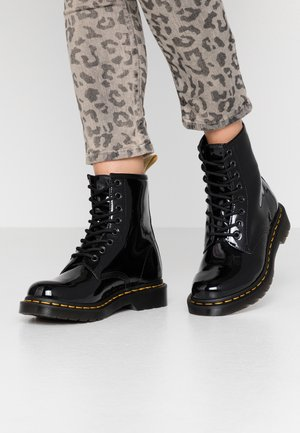 1460 VEGAN 8 EYE BOOT - Stivaletti stringati - black/opaline