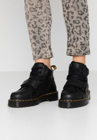 Dr. Martens - ZUMA II 5 EYE - Botines bajos - black virginia - 0