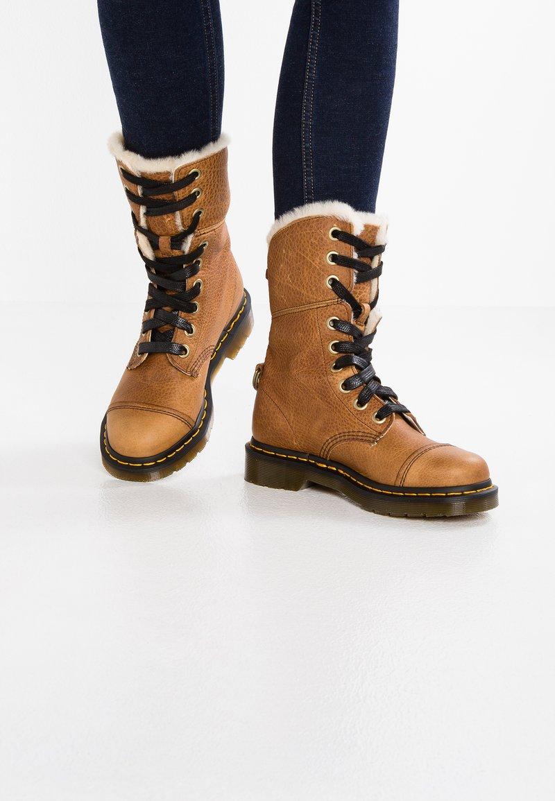Dr. Martens - AIMILITA 9 EYE TOE CAP BOOT - Lace-up boots - tan