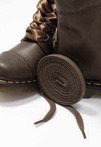 Dr. Martens - AIMILITA 9 EYE TOE CAP BOOT - Snörstövlar - olive wyoming - 7