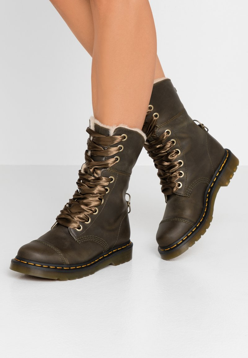 Dr. Martens - AIMILITA 9 EYE TOE CAP BOOT - Lace-up boots - olive wyoming