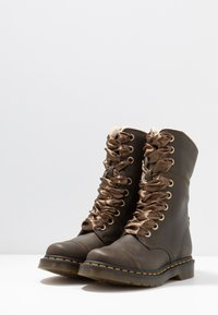 Dr. Martens - AIMILITA 9 EYE TOE CAP BOOT - Lace-up boots - olive wyoming - 4
