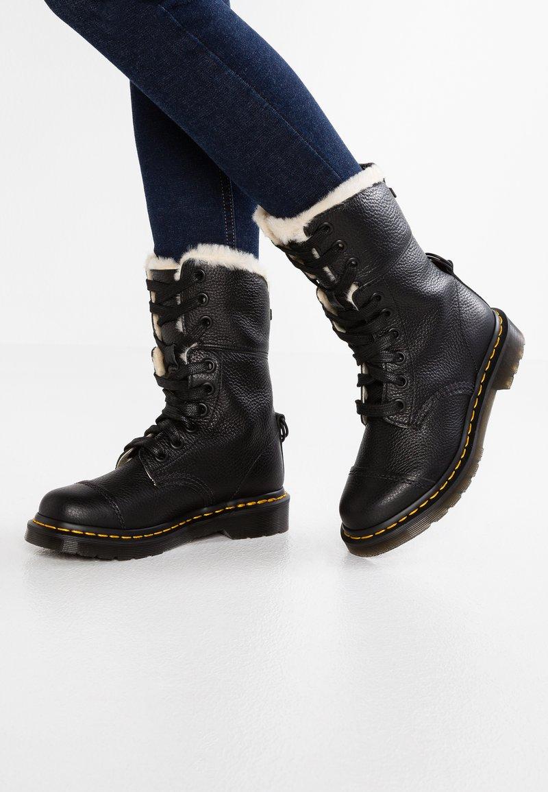 Dr. Martens - AIMILITA 9 EYE TOE CAP BOOT - Snørestøvler - black