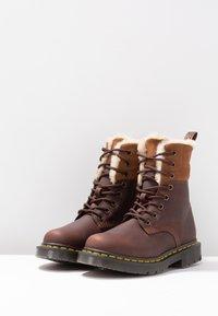 Dr. Martens - 1460 KOLBERT SNOWPLOW - Lace-up ankle boots - dark brown - 4