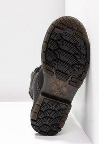 Dr. Martens - 1460 KOLBERT SNOWPLOW - Botines con cordones - black - 6