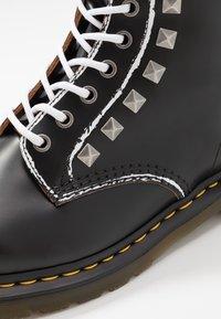 Dr. Martens - 1460 STUD - Šněrovací kotníkové boty - black vintage smooth - 6