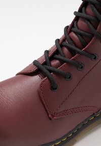 Dr. Martens - 1460 8-EYE BOOT YOUTH - Botki - cherry red - 2