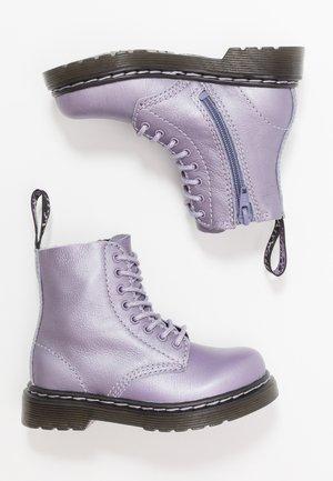 1460 PASCAL METALLIC - Botines - lavender