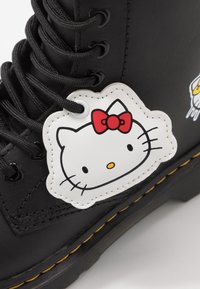 Dr. Martens - 1460 HELLO -KITTY J - Lace-up ankle boots - black - 6