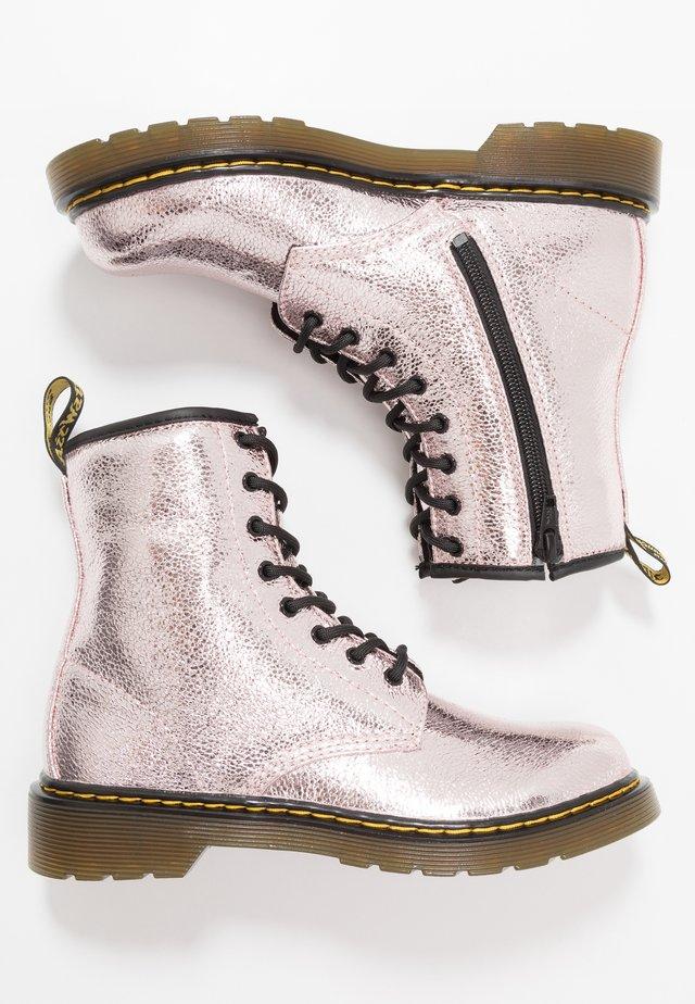 1460 - Stivaletti stringati - pink salt crinkle metallic
