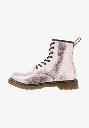 1460 - Botines con cordones - pink salt crinkle metallic
