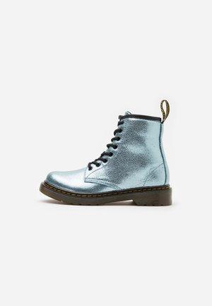 1460 CRINKLE METALLIC - Šněrovací kotníkové boty - teal